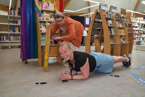 PLANKE: Kvar dag klokka 11 kan du finna ei eller to bibliotekdamer i denne stillinga. Her står Therese Langeland (32) i planke, medan Anita Larsen (57) tek tida.