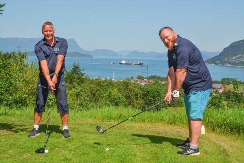 FLOTT HOL: Dei aktive golfarane Kim Vevik (44, t.v.) og Thomas Fredlund (41) tok Kvinnheringen med rundt på golfbanen på Husnes. No vil dei ha fleire med seg, og lokkar med panoramautsikt frå banen.