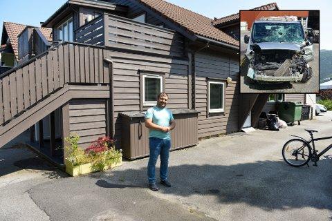 Sanko Ahmad Faraj viser kor varebilen stod då den vart stolen. T.h. bilde av korleis bilen såg ut etter krasjen.