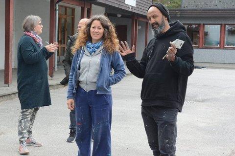 Her ser du festivalleiar Sandie Carol Dougnac i samtale med kunstnaren Nimi då dei dekorerte Undarheim skule i fjor. Bak til venstre står kunstnaren Tante Regine. (Arkivfoto).
