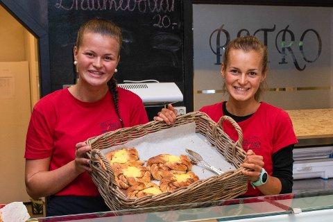 Veslemøy (t.v.) og Solveig Haugland byr dagleg på nybakte bollar i kafeen på Retro.