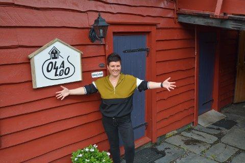 VELKOMEN: Olaløo starta opp igjen med kafé i mai i år, og Inger Lise Bondhus har så langt hatt mange besøkande i den koselege løa.
