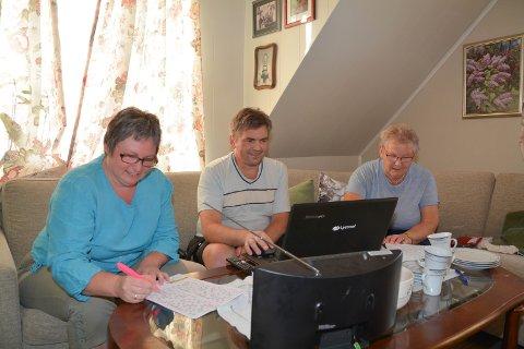 BINGOKOS: Onsdag kveld deltok Therese Engebretsen (39, t.v.), Per Øyvind Hauge (55, i midten) og Anne Guri Hauge (80, t.h.) i den populære radiobingoen Fjorden Bingo. Same kvelden blei Per Øyvind 2.000 kroner rikare.