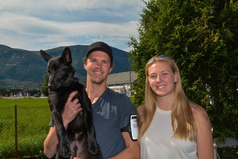 FØRSTE GONG: For Andreas Økland (t.h.) og Joanna Norheim (t.v.) var det første gong på utstilling med hunden Hooligans Helix. – Vi kjenner på litt nerver sidan det er første gongen, seier dei.
