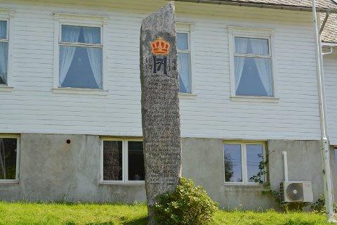Den gamle bautasteinen ved Friheim på Kaldestad, blei reist til minne om kvinnheringar som deltok i krigen mot svenskane tidleg på 1800-talet. Steinen er no pussa opp, og det er Kjetil Bondhus i Bondhus Monumentservice som har gjort jobben.