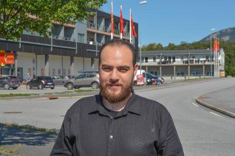 Mohamed Albitar (31) er opphaveleg frå Syria, men bur i dag på Valen med kone og fire barn. Etter fire år i Norge snakkar han veldig godt norsk, men det har vore vanskeleg å få ein jobb.