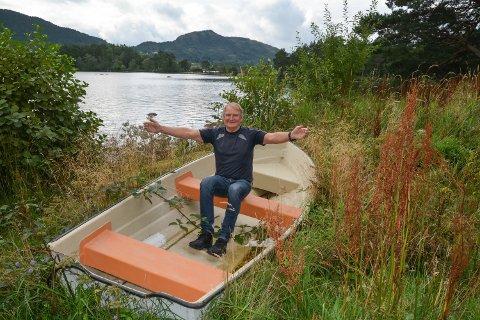 Bjørn-Inge Pettersen frå Horten vil gjerne hjelpa Kvinnherad Roklubb i gang med ny aktivitet, men førebels er ingen av roklubben sine båtar i bruk på Opsangervatnet.