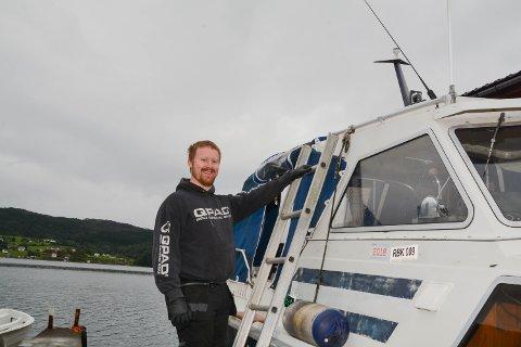 Kai Morten Torget (29) starta i juli firmaet Torget Motor- og Marineservice. I september skal han begynna som lærling ved Hydro Husnes, og skal dermed driva føretaket sitt på fritida. Her er han på veg om bord i ein båt han skal reparera på Sandvoll.