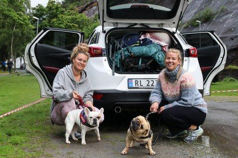 Cecilie Reilstad og Elise Veggeland fikk seg en overnatting på Odda camping denne uka. Oppholdet i Odda benyttet de til en tur inn til Bondhusvatnet.