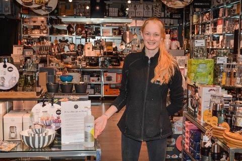 Malin-Elise Eik ved Kitch'n Husnes har handspriten klar til alle som kjem inn i butikken. – Det er ikkje sikkert at så mange hadde sprita seg om vi ikkje hadde stått her, trur ho.