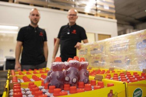 Bamsesaft har fått mye oppmerksomhet etter en overraskende avsløring. Willy Rostrup Osberg (55) og sønnen Daniel Vatle Osberg (26) i Saftsuse AS i bakgrunnen.
