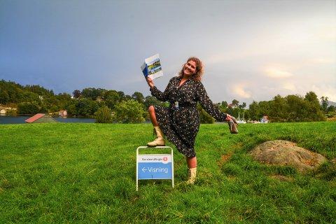Marita Pedersen (30) gjer det godt som eigedomsmeklar, og med ein marknasdel på 46 prosent er ho for tida den mestseljande eigedomsmeklaren i Kvinnherad. Her er ho avbilda på eit småbruk som er til sals i Klostervågen på Halsnøy.