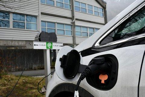 ELBIL: Frå 2025 er målet at alle nye personbilar som blir selde skal vera nullutsleppskøyretøy. Her står ein kommunal bil til lading utanfor rådhuset i Rosendal. (Illustrasjonsfoto frå arkivet)