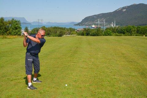 Kim Vevik har teke initiativ til ein Spleis-aksjon for å samla inn pengar til ein golf-simulator til Kvinnherad Golfklubb.