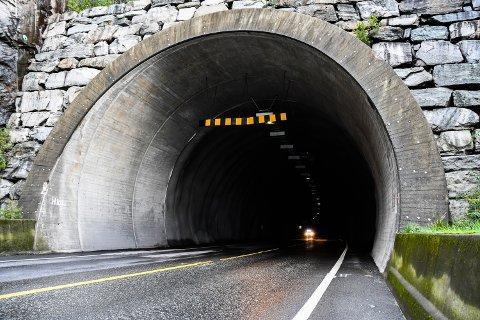KAN FÅ FOTOBOKS: Fylket og kommunen vurderer fotoboks i Halsnøytunnelen, og har 20 millionar i ubrukte bompengar som kommunedirektøren no vil bruka til vegutbetring på Halsnøy. (Arkivfoto)