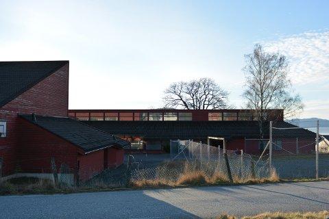 OMBYGGING: Geir Rusten og selskapet Toftetunet AS ønsker å bygga om den gamle skulen på Tofte til leilegheiter. Men om det blir godkjent av kommunen er framleis eit ope spørsmål, ettersom det er innført bygge- og deleforbod i området grunna kvikkleire i grunnen. (Arkivfoto)