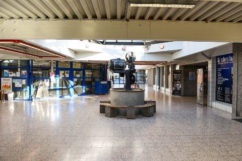 Hallen mellom biblioteket og Kulturhuset Husnes.