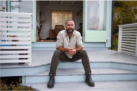 FORSEINKA: Forfattar Geir Olav Jørgensen sin nyaste roman, «Evangelium», skulle ha vore i handelen den 11. oktober. Men det globale underskotet på tømmer gjer at bokutgivinga blir forseinka.