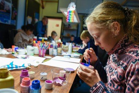 GODTERISKÅL: Ylvi Morgenstern (12) frå Herøysund dekorerer ei skål til å ha godteri i.