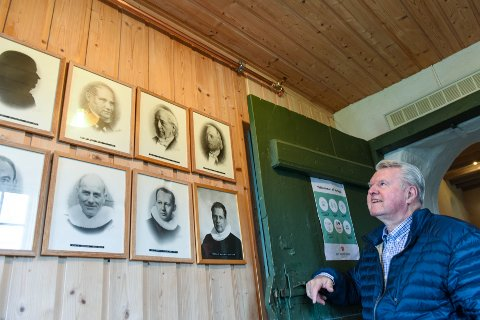 SJÅ OPP MOT HIMLINGEN: I gangen er sprinklaranlegget også diskret, men litt meir synleg enn i kyrkjeskipet. Til høgre Knut Galtung Døsvig, til venstre eit knippe presteportrett.