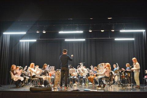 JUBILANT: Rosendal skulekorps fyller 60 år og held jubileumskonsert i Rosendal samfunnshus førstkomande laurdag. Her frå øvinga to kveldar før kvelden, der Sebastian Lamberg Torjusen dirigerer dei unge musikantane.