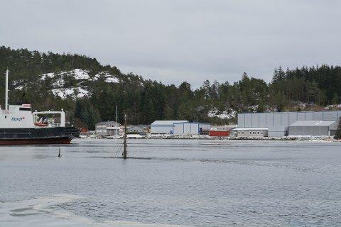 Ein større trebåt har gått ned på Sunde. Berre mastene stikk opp av vatnet.