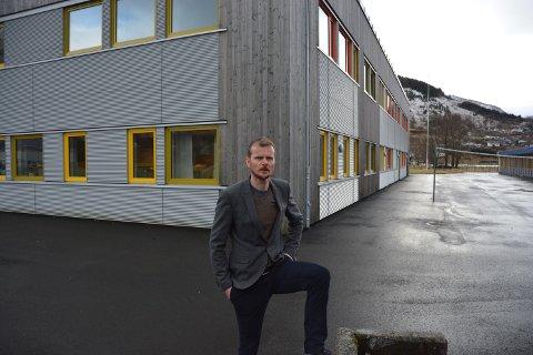 TILBOD: Rektor Bjørn Olav Tveit ved Rosendal ungdomsskule er glad for den nyoppretta miljøarbeidar-stillinga som går på rundgang mellom fleire av dei tilsette ved skulen. No håpar han å viska ut skiljet mellom skuletid og fritid.