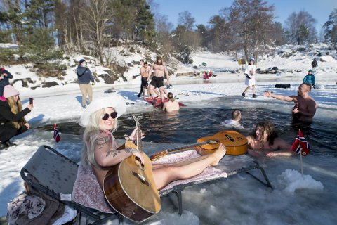 Iselin Alfheim tok på seg bikinien, satte seg på en solseng og klimpret på gitaren mens guttene koste seg med bading i Nordåsvatnet.