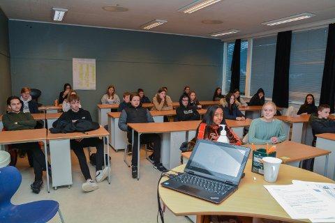 SAMFUNNSFAG: Denne 10. klassen ved Husnes ungdomsskule er blant dei som har demokrati og medborgarskap på timeplanen for tida, og tysdag møtte dei utviklingsminister Dag Inge Ulstein i ein digital samfunnsfagtime.