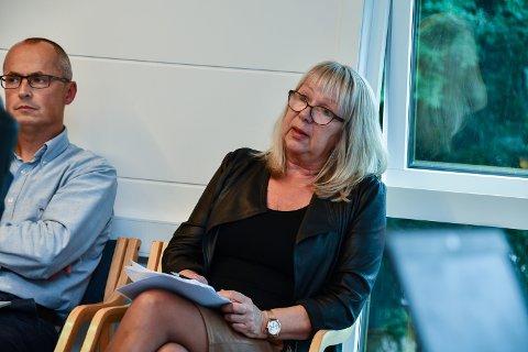 BLIR PENSJONIST: Sektorleiar for helse, omsorg og sosial i Kvinnherad kommune, Bjørg Wangensteen (t.h.) skal pensjonera seg. No er jakta på etterfølgaren i gang. Til venstre for Wangensteen sit sektorleiar for samfunnsutvikling, Anbjørn Høivik. (Arkivfoto)