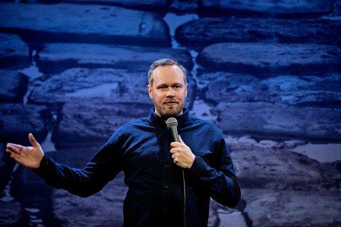 Christoffer Schjelderup sitt show Tro, Hat og Ærlighet kjem til Husnes kino.