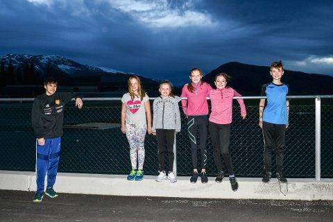 F.v.: Julian Staveteig Skaale (trenar) saman med Linneah, Cecilie, Synne, Viktoria, Sindre. Gjengen er den nye friidrettsvinen i Rosendal.