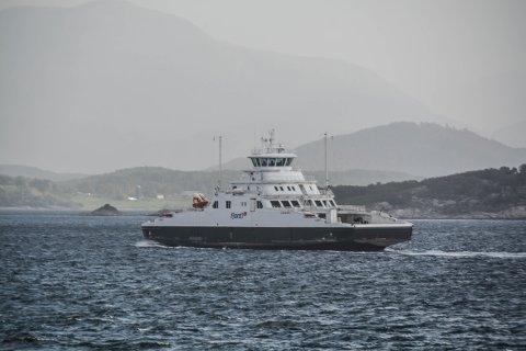 AUKE: Ferjeselskapet Fjord1 fekk stor auke i omsetnaden i 2020, men korona gjekk hardt ut over resultatet. Her ser du ei Fjord1-ferje på fjorden mellom Kvinnherad og Stord.