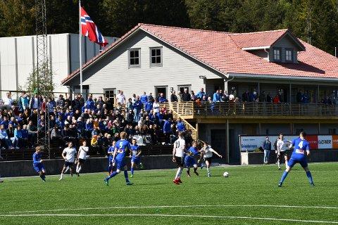 TAK: Over tribuna til venstre i bildet ønsker Halsnøy IL no å bygga tak. Klubben har søkt om tilskot frå kommunen, og håpar dessutan at den nye stiftinga etter Fjelberg Kraftlag kan bidra med pengar til prosjektet. (Arkivfoto).
