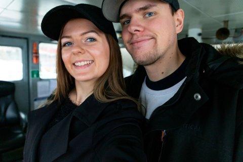 OVERRASKET: Lørdag kunne Marie Oma (25) og Endre Bakke Leikvoll (26)  endelig dele hemmeligheten med sin nærmeste familie.