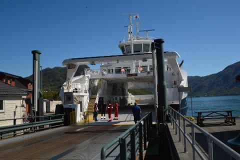 NYTT LØYE: Framleis er det avvik, men reiarlaget Boreal får fornya seglingsløyvet sitt i seks månader til. Her er Boreal-ferja MF «Matre» ved kai på Utåker. (Arkivfoto)