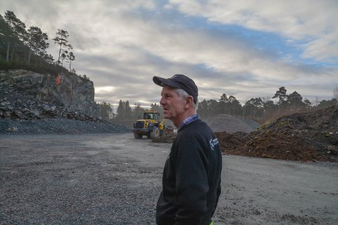 OPPGITT: Edmund Thormodsæter ønsker å utvida steinbrotet i Landamarka på Halsnøy ved å sprenga vekk knausen i bakgrunnen. Men då må han truleg utarbeida reguleringsplan til nokre hundre tusen kroner. Han er oppgitt over at kommuneadministrasjonen har vore negative til dispensasjonssøknaden hans.