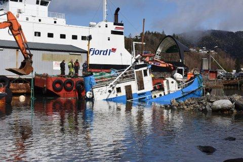 Thor-Ove Hauge og Willy Taranger vil gi dagens ros til alle som hjelpte til med å berga slepebåten «Sotolf» på Sunde i helga.