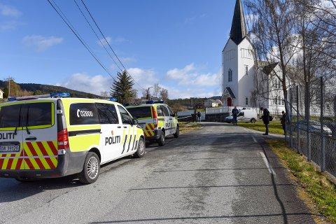 Ei kvinne er funnen død på Varaldsøy. Politiet har starta etterforsking og har sett store ressursar på saka.