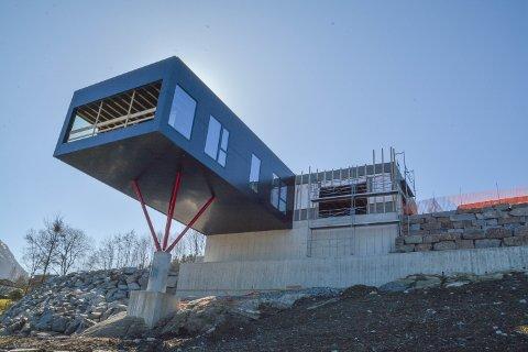 BLIKKFANG: Det nye huset til Elise og Stig Sundal blir lagt merke til av folk som passerer på fylkesvegen på nedsida.