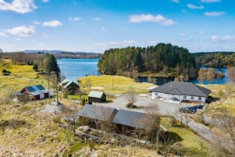 PLASS TIL HEST OG FOLK: Eiendommen i Sveio fikk kjøperne til å dukke opp.