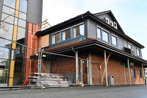 GAMLE AKSEN: Kva som skal skje med dette bygget i Husnes sentrum var blant spørsmåla som fekk mest merksemd på eit utvida formannskapsmøte torsdag. (Arkivfoto)