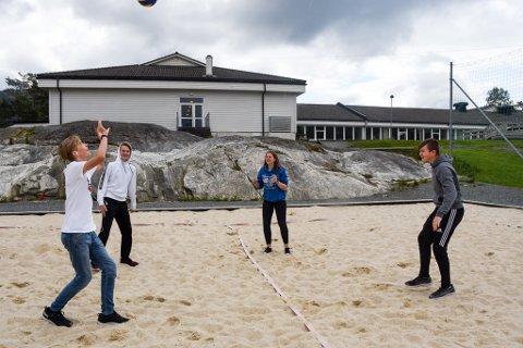 FIN BANE: Ved Husnes ungdomsskule ligg det ein lekker sandvolleyballbane som kunne vore flittigare brukt. (Arkivfoto).