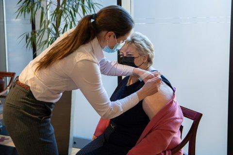 Statsminister Erna Solberg fekk førre veke den første dosen med koronavaksine. Ho er ikkje fullvaksinert enno.