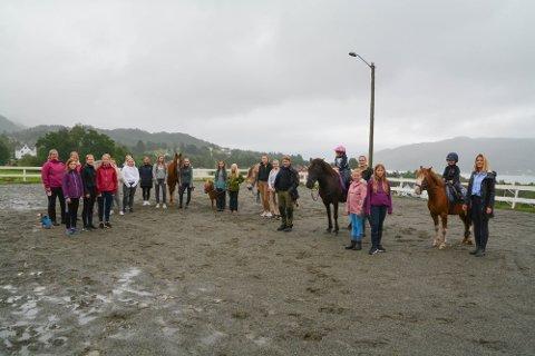 I august i fjor skreiv vi om oppstarten av Sandvoll Rideklubb, og her ser du nokre av dei som er med. I år er klubben eitt av laga som får pengestøtte frå Kvinnheringen til å etablera ny ridebane.