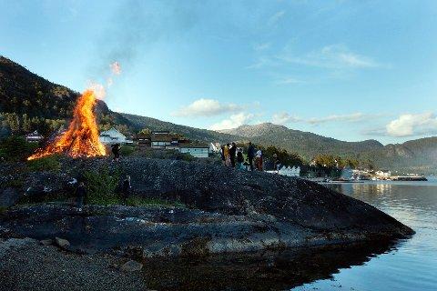 Dette bildet er frå sankthansfeiringa i Porsvik på Valen i 2019. Send oss gjerne bilda dine om du skal feira sankthans i år!