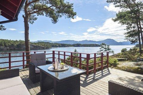 VAKKERT: – Ein kan nærmast sitta på terrassen og fiska, seier eigedomsmeklaren om hytta på Sydnesøy som gjekk for 2,9 millionar nyleg.