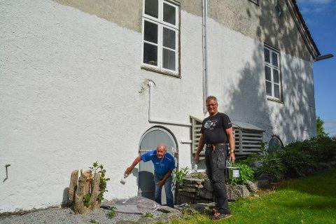 ARBEIDSKARAR: Øyvind Særsten (t.v.) og Tor Kaldråstøyl i sving med å måla hovudhuset på Halsnøy Kloster.