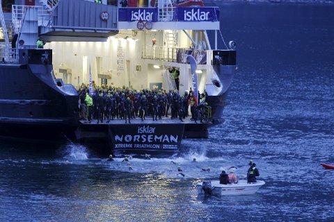 Start: Her frå Norseman Extreme i 2015, då løpet starta med 3,8 kilometer svømming frå ei ferge inn til Eidfjord. ArkivFoto: Ole Marius Kvamme