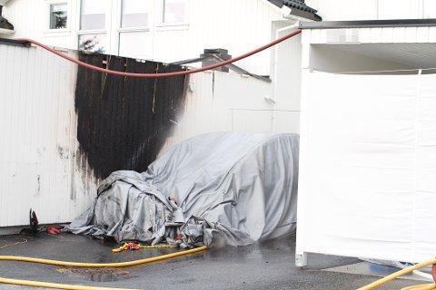 UTBRENT: Brannen ble slokket etter en drøy halvtime, men Teslaen må kjøles ned før den kan fraktes vekk.